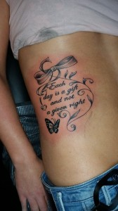 butterfly-ribbon-tekst-tattoo